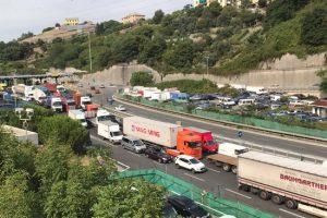 Cosco si allontana dal caos di Genova