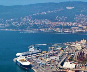 Idranti al porto di Trieste contro il presidio sul Green Pass