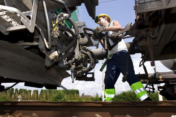 Francia dimezzerà le tariffe ferroviarie per le merci