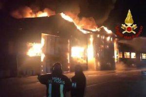 Violento incendio nell'area portuale di Ancona