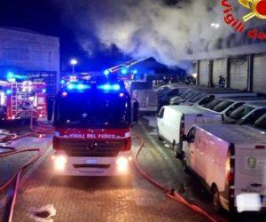In fiamme piattaforma logistica di Amazon a Milano
