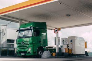 Il camion paga da solo il rifornimento di gasolio